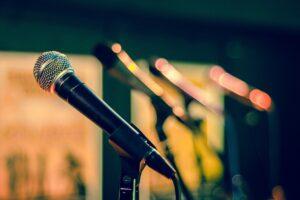 Como se livrar da voz trêmula e falar melhor em público