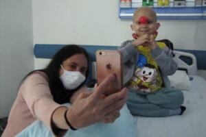 Prestadora de serviço do hospital durante a interação com os pacientes