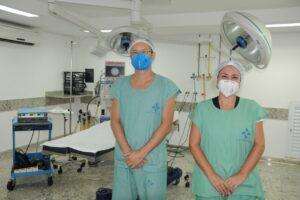 médico Amando Cunha e a coordenadora do Núcleo Interno de Regulação da Santa Casa, Francine Zarbetti